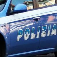 Roma, ruba bici inseguito si tuffa in mare: polizia prima lo salva poi lo