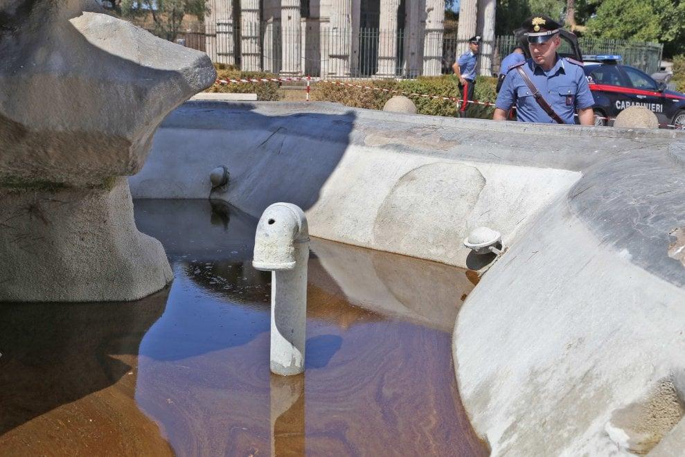 Roma, vandali versano olio per motore nella fontana di piazza Bocca della Verità
