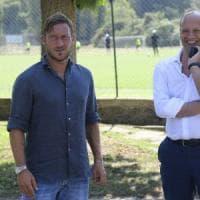 Roma, Totti va a Bergamo con la squadra: esordio da dirigente