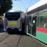 Roma, scontro tra un bus e un tram a Trastevere