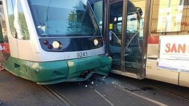 Trastevere, scontro tra un bus e un tram in piazza Flavio Biondo: nessun ferito