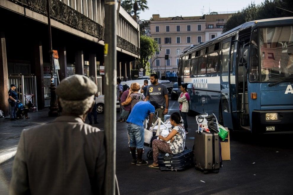 Roma, sgomberato palazzo occupato in piazza Indipendenza