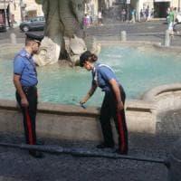 Roma, ruba monete dalla fontana di piazza Barberini: denunciato
