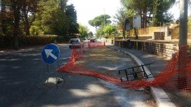 """""""Via Cassia, buche sparite"""" ma sull'asfalto rimangono transenne e crepe"""