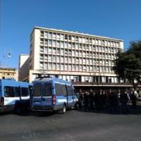Roma, tensione in piazza Indipendenza tra polizia ed ex occupanti di via Curtatone