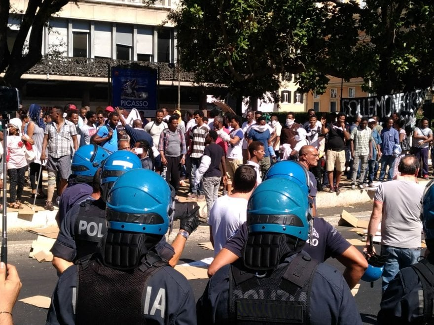 Roma, in piazza Indipendenza tensione tra polizia ed ex occupanti