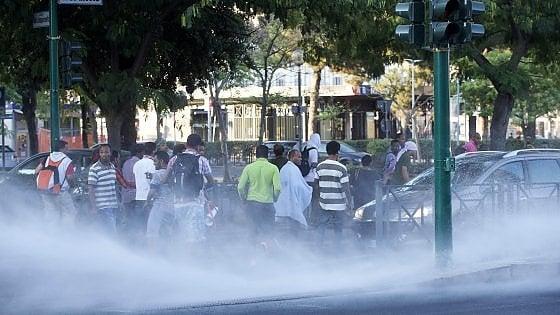 Sgombero migranti in piazza Indipendenza a Roma, tensione: bombole gas e sassi contro la polizia