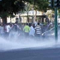Sgombero migranti in piazza Indipendenza a Roma, tensione: bombole gas e