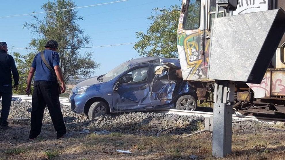 Rignano Flaminio, finiscono con l'auto sotto il treno: illesi passeggero e conducente