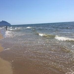 """Sabaudia, l'acqua del mare diventa marrone e maleodorante: """"Sono alghe, nessun rischio"""""""