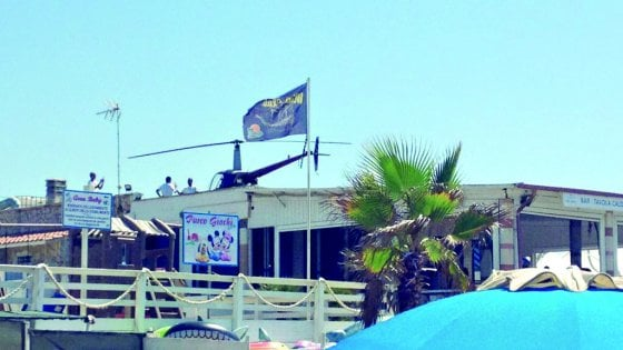 Roma, l'elicottero atterra sul tetto del ristorante: panico  in spiaggia a Tor San Lorenzo