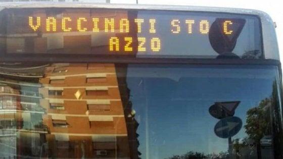 L'autobus di Roma con la scritta contro i vaccini