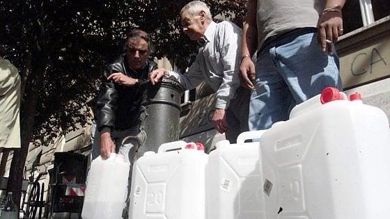Emergenza acqua a Roma, rubinetti a secco tra taniche e autobotti