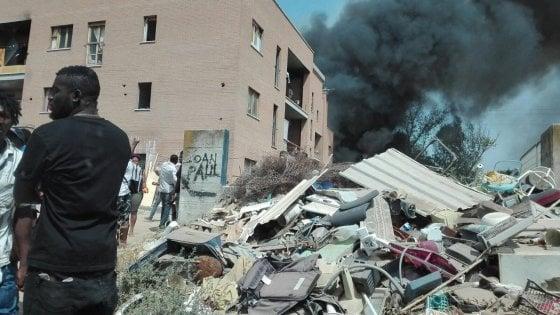 Roma, rogo palazzo sequestrato a Tor Cervara: in strada oltre cento occupanti