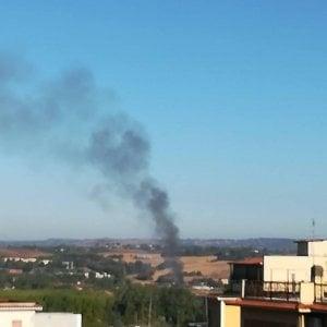 Roma, capannone con materiali edili in fiamme sulla Tiberina. Vigili del fuoco al lavoro