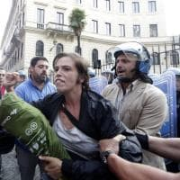 Roma, movimenti per la casa bloccano via di Ripetta: la polizia li allontana con la forza