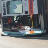 Roma, ambulanza si scontra con un'auto sulla Cassia e si ribalta davanti all'ospedale: tre feriti