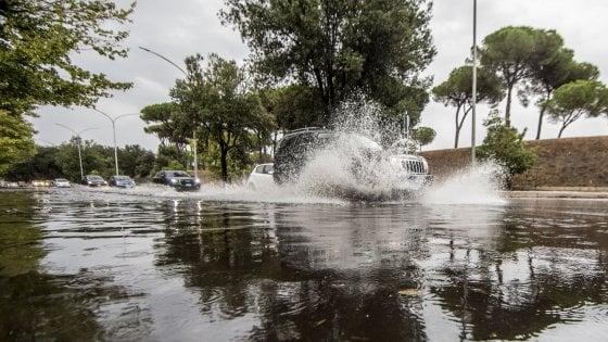 """Nubifragio su Roma, allagamenti e disagi. Campidoglio: """"Limitare gli spostamenti ed evitare i parchi"""""""