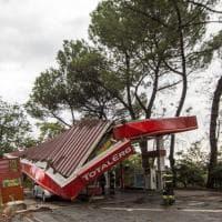 """Maltempo Roma, crolla distributore sulla tangenziale Est. """"Ferita una coppia"""""""