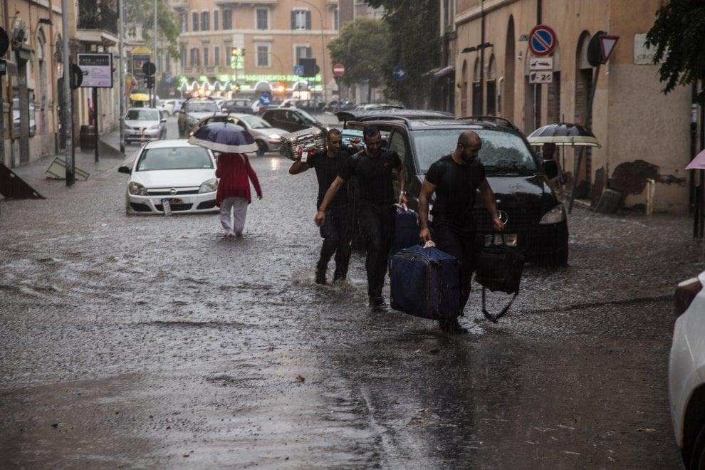 Maltempo Roma, allagamenti al Vaticano: messi in salvo alcuni turisti bloccati dall'acqua