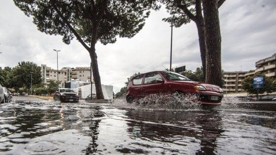 """Maltempo a Roma, quartieri ancora senza corrente. Raggi: """"Evento straordinario, rivedere sistema fognario. Città ha retto"""""""