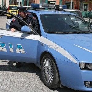 Roma, ubriaca danneggia le auto in sosta e minaccia i poliziotti: arrestata