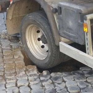 Roma, furgone Ama si incastra in una buca a Trastevere