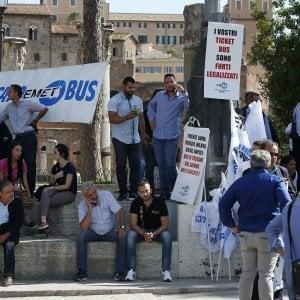 Roma, bus turistici: gli autisti protestano contro il nuovo piano in piazza Venezia