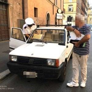 Roma, circola senza assicurazione e con 765 multe da pagare: auto sequestrata