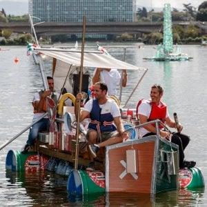 """Roma, """"Re Boat Race"""": all'Eur la sfida tra barche di bottiglie di plastica, taniche e cartoni"""