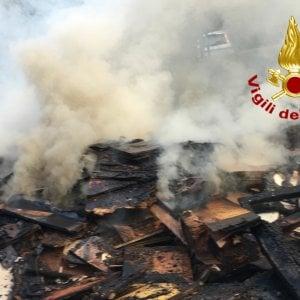 Acilia, cassonetti in fiamme nell'isola ecologica
