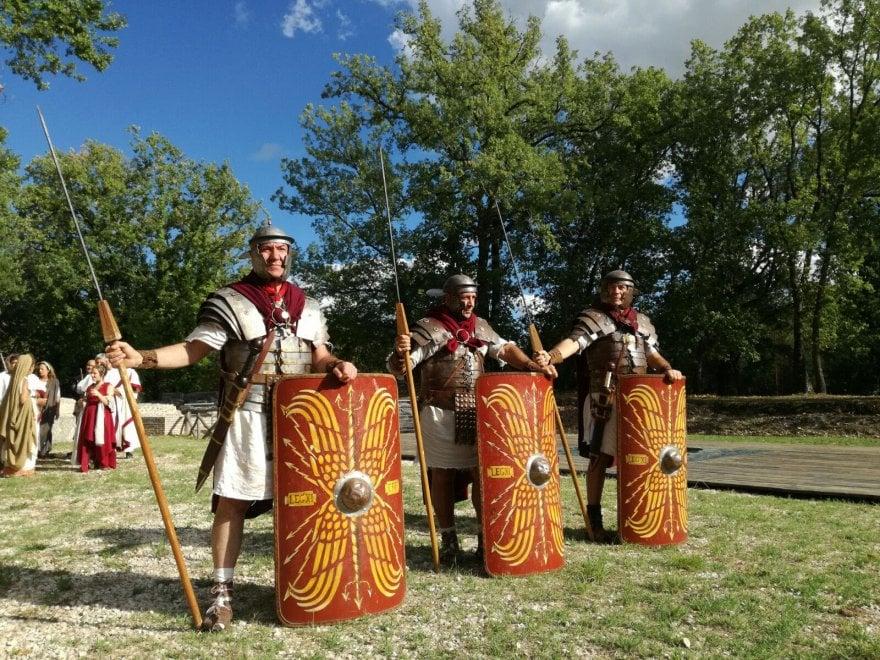 Vestali, fuochi sacri e combattimenti: a Monteleone Sabino la rievocazione del Gruppo storico romano