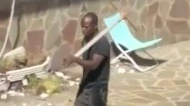 Distrugge arredi di chiesa e danneggia supermercato a colpi di piccone: arrestato