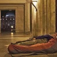 Vaticano, clochard allontanati da piazza San Pietro per