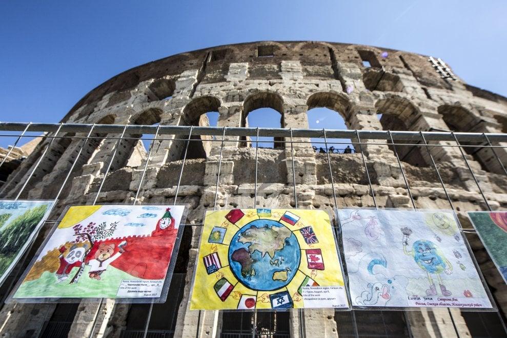 Tutti i colori della pace: i disegni dei bambini circondano il Colosseo