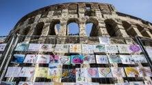 I disegni dei bambini circondano il Colosseo