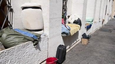 """Vaticano, la gendarmeria allontana   foto   i clochard da piazza San Pietro per """"decoro"""""""