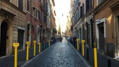 """Paletti gialli nelle vie del centro storico """"Pubblicità abusiva, saranno rimossi    Foto"""