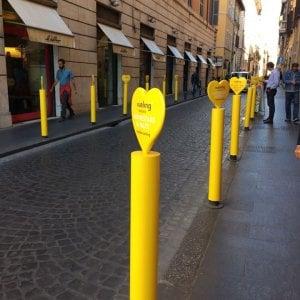 """Roma, il centro invaso dai paletti gialli. Il Municipio: """"Pubblicità abusiva"""""""