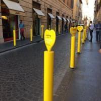 Roma, il centro invaso dai paletti gialli. Il Municipio: