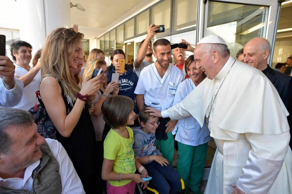 Roma, il Papa visita a sorpresa la Fondazione Santa Lucia