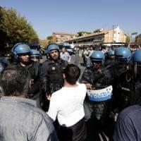 Roma, casa popolare a una famiglia italo-etiope: scontri al Trullo tra polizia e Forza Nuova. Quattro arresti