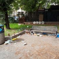 Roma, degrado e immondizia in piazza Sempione: a due passi dall'Ama