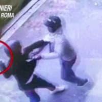 Roma, assalta market a Centocelle con la mannaia: migrante lo disarma e lo fa arrestare