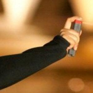 Latina, prova lo spray antiaggressione nel supermarket: trenta intossicati