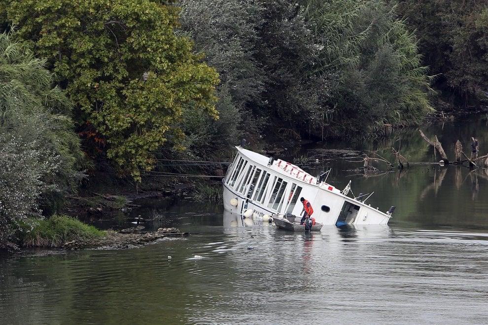 Roma, battello rischia di affondare nel Tevere: a bordo 70 persone
