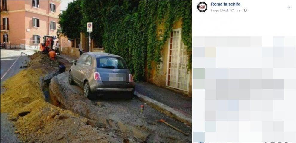 Roma, l'auto è sul percorso dei lavori stradali: lo scavo le gira intorno