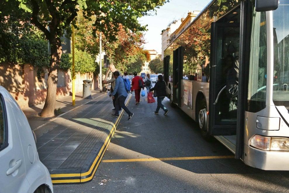 Roma, pedane di gomma alla fermata del bus contro la sosta selvaggia