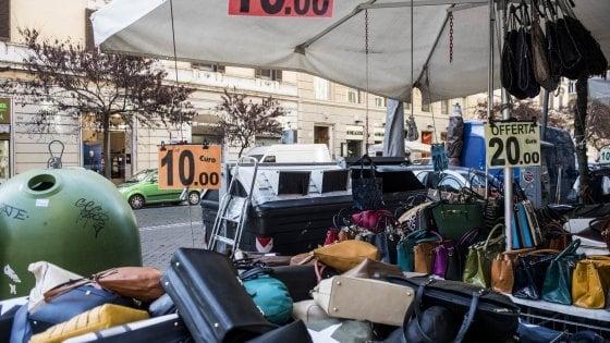 """Roma, otto bancarelle su 10 con licenze irregolari: """"Fermiamo l'assedio"""""""