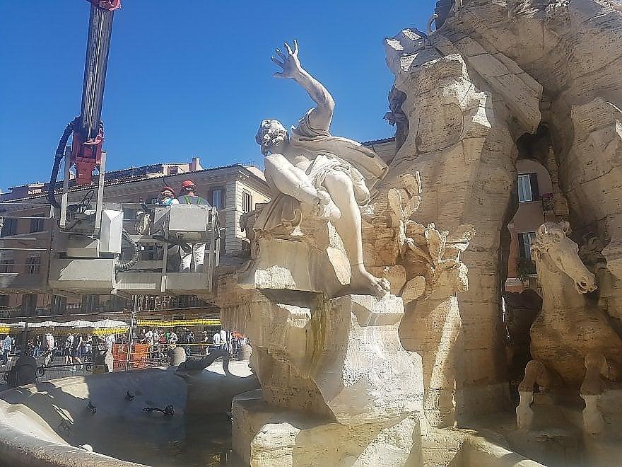 Roma, pulizie per la fontana di Bernini: in piazza Navona c'è la piattaforma aerea